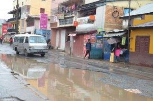 Les rues de Tanà souffrent terriblement des effets du ruissellement des eaux pluviales et des petites inondations dues aux canaux d'évacuation bouchés par les ordures.