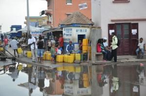 Même l'eau à la pompe publique subit cette coupure d'eau dans certains quartiers.