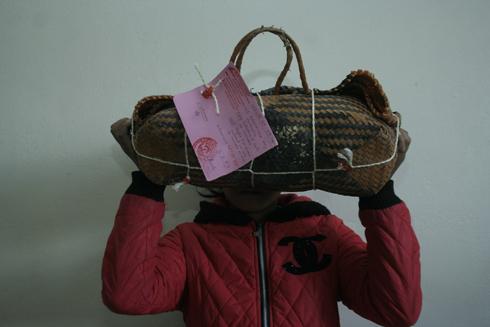 Varotra rongony : Olona roa nosamborin'ny polisy