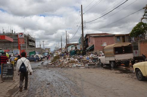 Assainissement : Isotry et Vassacos, des ordures sur toute la chaussée