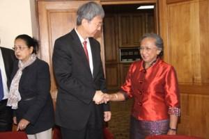 Le Gouverneur intérimaire de la BCM, Vonimanitra Razafimbelo recevant le DG adjoint du FMI, Min Zhu.