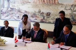 Le ministre de l'Industrie Jules Etienne et le ministre du Commerce International, Ed Fast ont signé la déclaration d'entente. (Photo fournie)