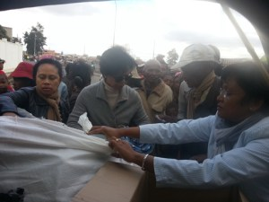 Aurélie Razafindratandra, Présidente de Inner Wheel Club Antananarivo, (à dr.) en pleine action.