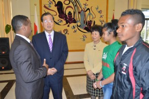 Le ministre de la Jeunesse et des Sports avec l'Ambassadeur de Chine et les deux athlètes en partence pour la Chine.