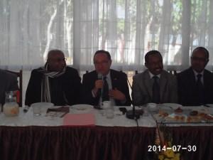 Le Premier ministre Kolo Roger face aux patrons de presse.