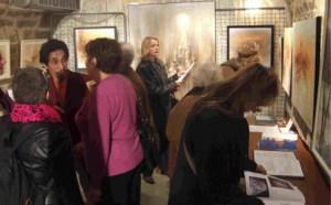 Jean Andrianaivo Ravelona s'entretenant  avec les visiteurs d'une de ses expositions. (photo d'archives)