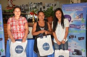 Ce sont les heureux gagnants de la Tombola Nivéa. (Photo : Yvon Ram)