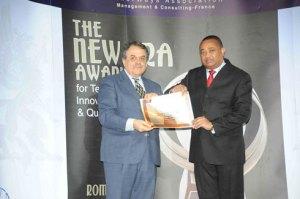Le D.G du port Christian Eddy Avellin  (à droite) recevant le trophée New Era Award for Technology, Innovation and Quality.