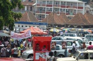 Les marchands de friperie d'Analakely ne veulent pas quitter les lieux tant que tous les marchands trottoirs à Tana ne soient pas eux aussi, chassés.