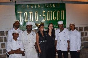 La gérante de Tanà Saïgon, Minosoa Rajanaory entourée de ses collaborateurs professionnels. (Photo : Yvon Ram)