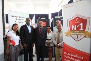 Les responsables d'Airtel Madagascar et de l'IST lors de la signature de la remise des matériels hier.