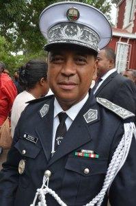 L'Inspecteur général de Police Randimbisoa Blaise Richard a arboré ses « 4 étoiles » lors de la cérémonie de passation entre Kolo Roger et Jean Ravelonarivo à Mahazoarivo.