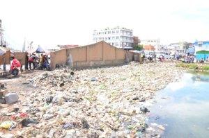 En plus d'être fortement polluants, les sachets en plastique bouchent les canaux et canalisation.
