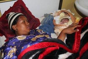 Zo Kantoniaina Gabriella et sa mère, à l'hôpital Befelatanana. (photo Yvon)