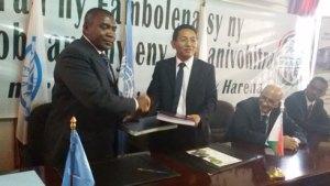 Le Représentant de la FAO et le Secrétaire Général du ministère de l'Agriculture lors de la signature de l'accord de financement.