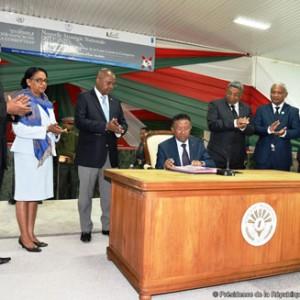 Hery Rajaonarimampianina signe un document d'engagement de lutte contre la corruption.