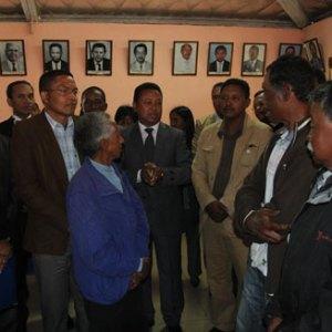 Le nouveau maire Marc Ramiarinjatovo entouré de ses concurrents à la mairie d'Alasora.