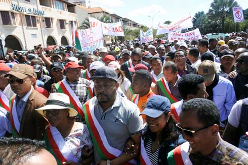 Requête aux fins de déchéance de Hery R : Une foule compacte dans les rues de Tana