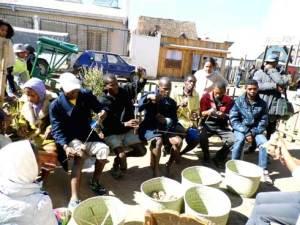 Les paysans Mikea dans la pratique de la technique de filature de la soie. (Photo Anastase)
