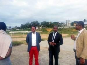 Le ministre, Tsihoara Faratiana visitant le Stade d'Ampasimasay à Fort-Dauphin.