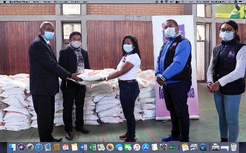 Université d'Antananarivo : Don de vivres et de CVO Organics par l'association Fitia