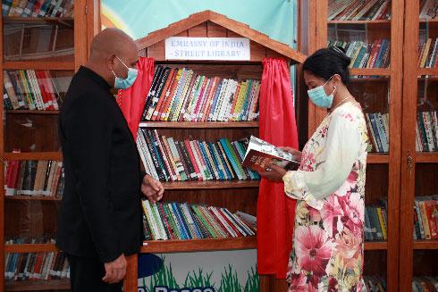 Promotion du livre : Une bibliothèque de rue devant l'ambassade de l'Inde