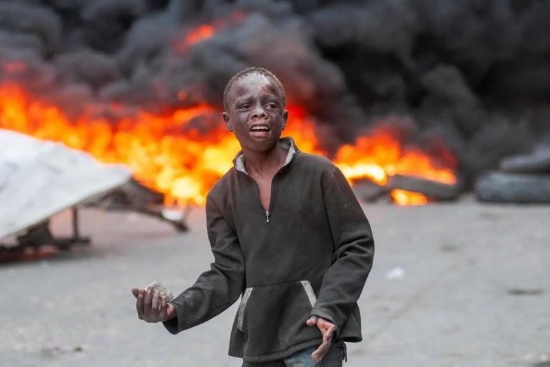 10/02 - Um jovem manifestante participa do protesto contra o governo em Porto Príncipe / Foto: EPA