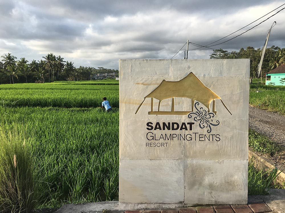 Looking for the perfect mix between down to earth & luxurious glamping in Bali? Come along because I found just the place right in the rice paddies...