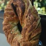 Ghirlanda di pane con pesto di zucchine e mandorle
