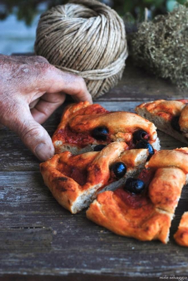 pizza rossa con timo e olive nere 7