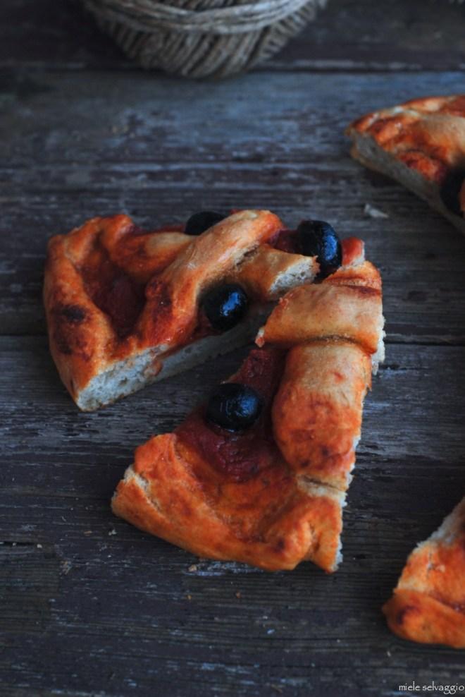 pizza rossa con timo e olive nere 9