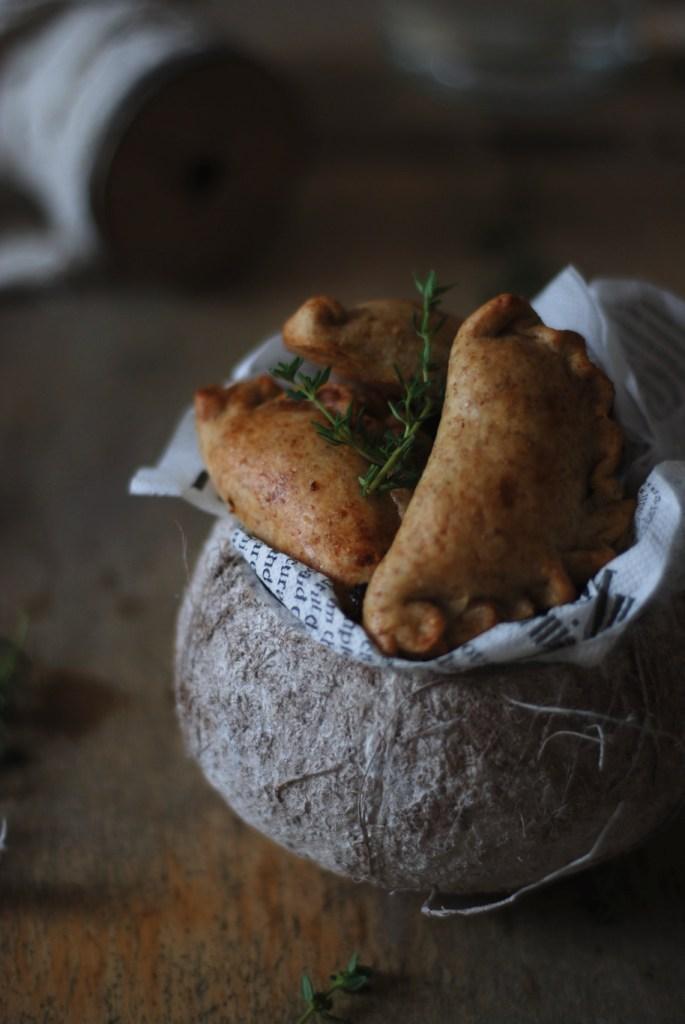 Empanadas integrali con scalogni caramellati e prugne selvatiche piccanti