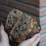 Pane senza impasto ai semi di girasole, timo e olive nere