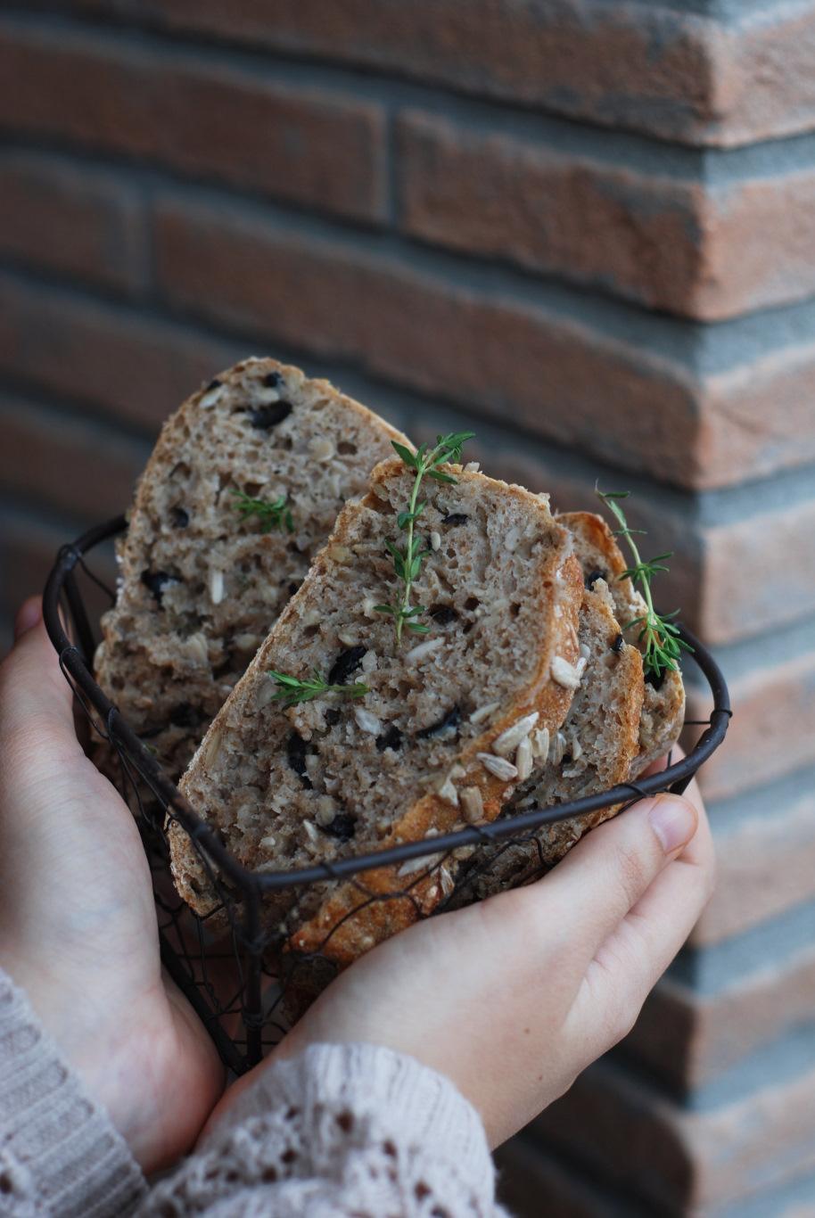 pane senza impasto ai semi di girasole, timo e olive nere 6