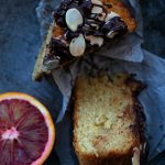 Torta vegana con arance rosse, mandorle e cioccolato