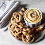 Crema all'aglio arrosto e taralli integrali alle noci