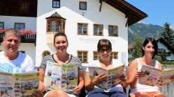Erste Leser/Leserinnen vor dem Gemeindeamt sind Egon Schennach, Yvonne Thöni, Theresa Fritz und Laura Wild, Foto: Knut Kuckel