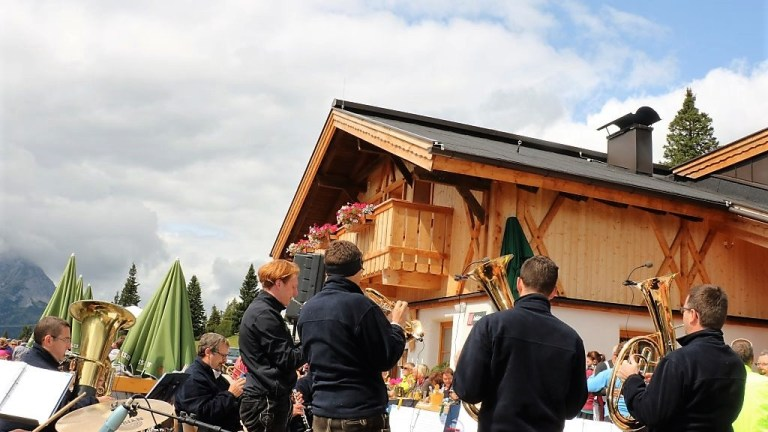 Zum Fest auf der Hochfeldern Alm spielten die Mieminger Musikanten, Foto: Knut Kuckel