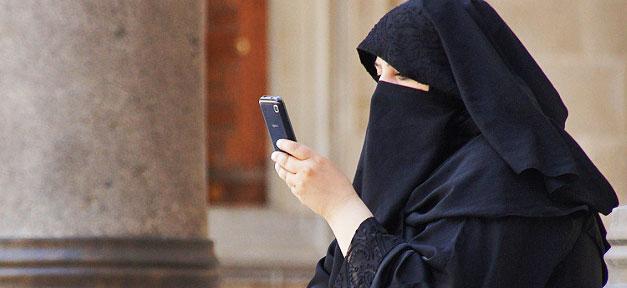 Eine Frau im Ganzkörperschleier © Patrick Denker @ flickr.com (CC 2.0), bearb. MiG