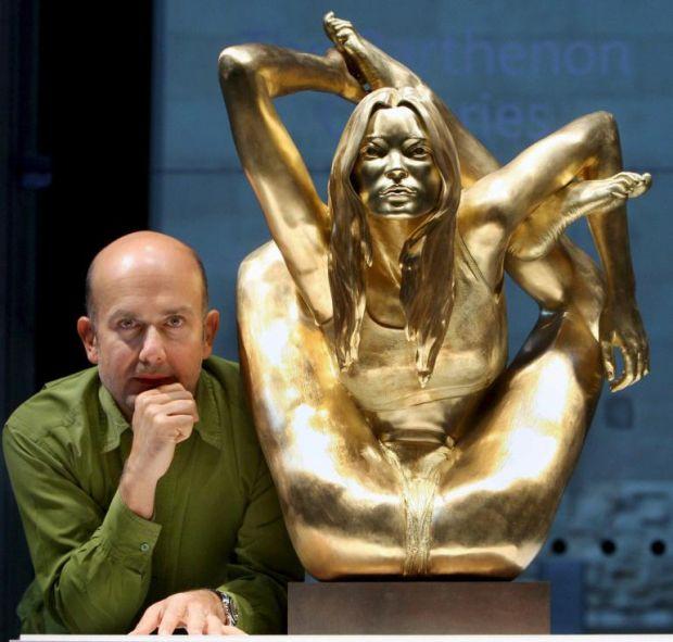 La statua in oro di Kate Moss