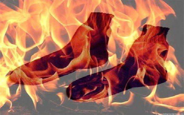 Mette i calzini bagnati nel microonde, incendio in cucina
