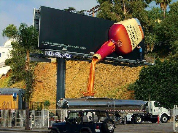 Il divertente cartellone pubblicitario di un whiskey