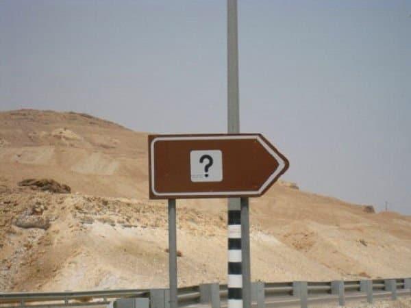 cartello stradale divertente (punto interrogativo)