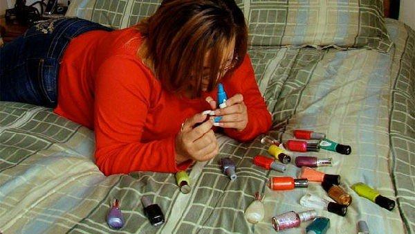 donna che beve smalto per unghie