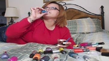 Bertha, la donna che beve smalto per unghie