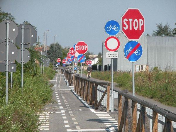 Cartelli segnali stradali divertenti