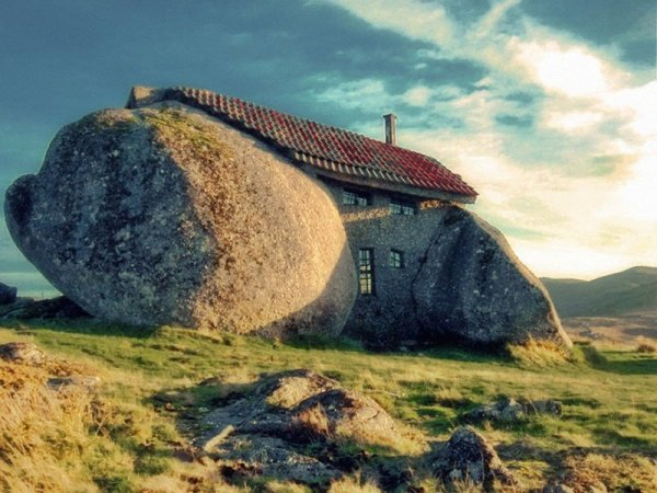 3-33-Worlds-Top-Strangest-Buildings-stonehouse