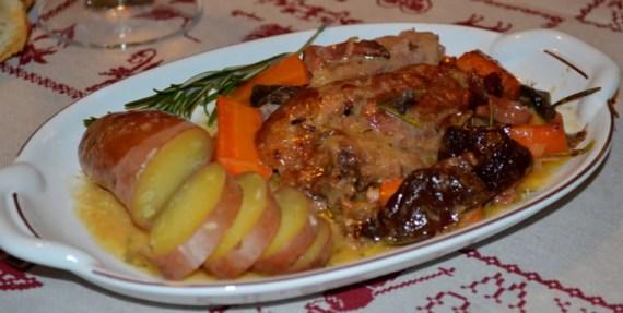 Codillo de cerdo asado con aromas y verduras