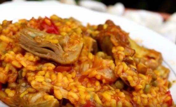 Paella de alcachofas y costillas de cerdo