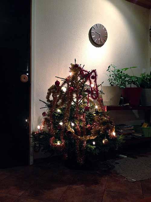 Meiän pieni joulupuu, jonka KukkisQ koristeli suurimmaksi osaksi. :)